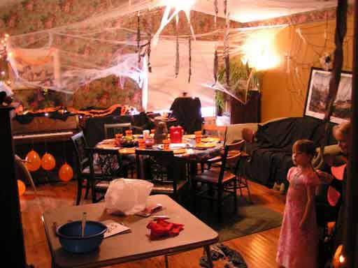its possible to have a fun halloween party without spending a fortune - Decorating For Halloween On A Budget
