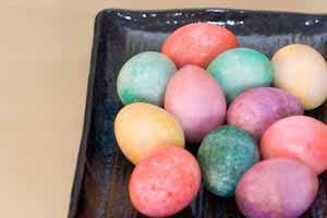 dying Easter eggs - speckled eggs